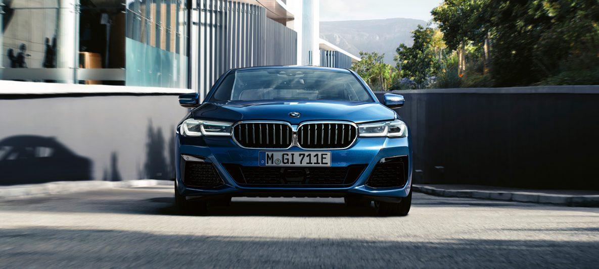 Doppelniere und Frontschürze BMW 5er Limousine G30 Facelift 2020 Phytonicblau Nahaufnahme Front