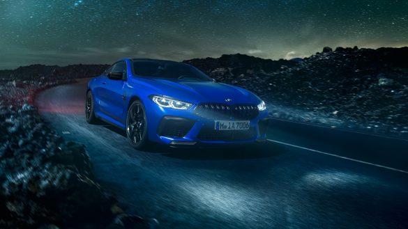 BMW 8er Coupé M von vorne rechts in der Nacht
