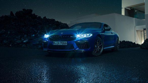 BMW 8er Coupé M von vorne links in der Nacht