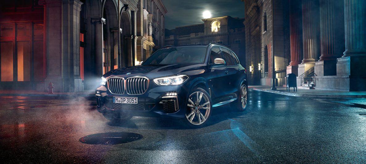 Frontscheinwerfer mit X Laserlicht BMW X5 M50i und M50d G05 Carbonschwarz metallic Dreiviertel-Frontansicht
