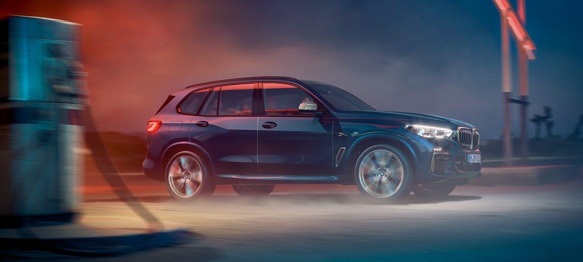 BMW X5 M50i und M50d G05 mit M Leichtmetallrädern Carbonschwarz metallic Seitenansicht