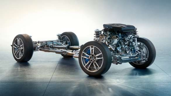 BMW X4 M F98 LCI Facelift 2021 Toronto Rot metallic M spezifisches Fahrwerk Frontansicht fahrend durch Kurve